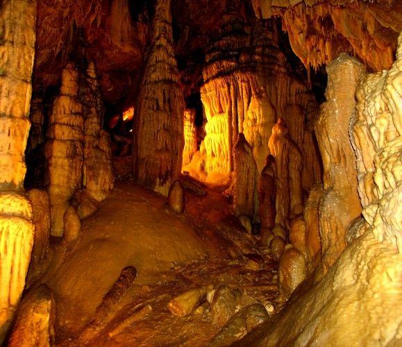 Peștera Cristalelor din județul Arad, unică în lume, recunoscută pentru frumusețea sa extraordinară. Cum ajungi la ea