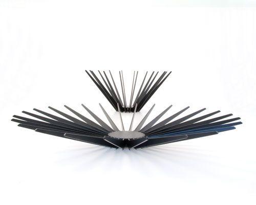 Morfo :: RAYS dish/bowl BLACK. Minimalistisk sort frugtfad og -skål med skulpturelle linier hindrer brune frugtpletter · smukt dansk design med funktion