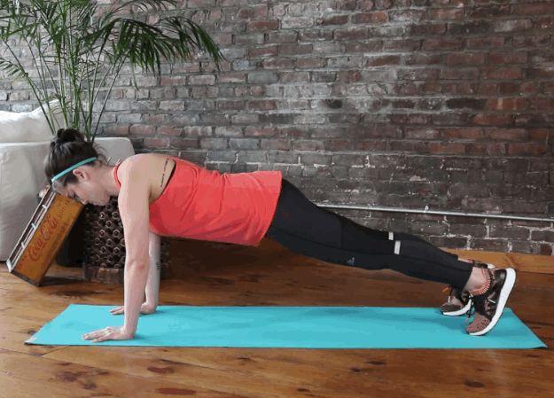 Plank - cvičení pro ty, kteří mají málo času, ale hodně síly a vytrvalosti. Pokud jste ochotni se potit pár minut denně, nemusíte trávit čas v posilovně. Proč? Toto cvičení je univerzální. Když je prováděno, jsou zapojeny prakticky všechny skupiny svalů: zadek, ramena, záda a ruce. Snažili jsme se uvést všechny varianty klasických cviků a nyní sdílet nejzajímavější svámi. 1) Plank na loktech Začněte s klasickým prknem na loktech. Lokty pod rameny. Tělo tvoří přímku, pánev se neprohýbá…