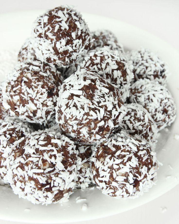 Sockerfria chokladbollar med mixade dadlar –de smakar gudomligt gott och väldigt likt vanliga havrebollar.