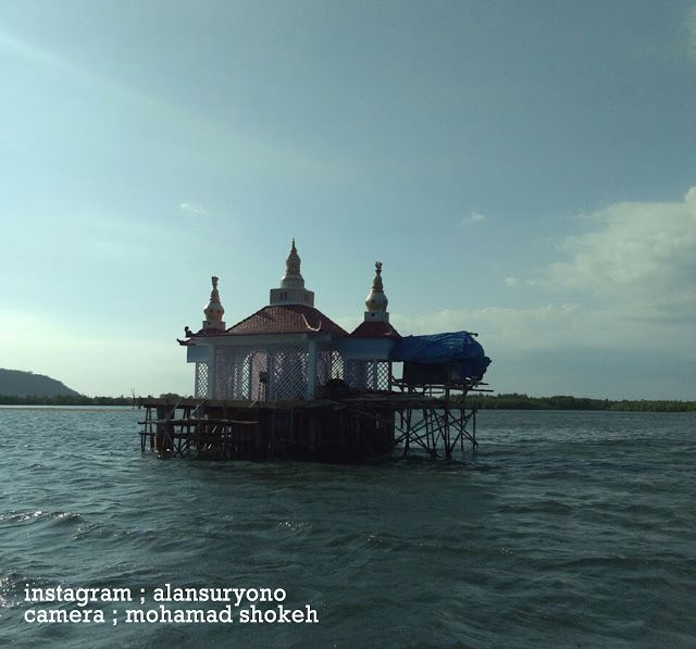 lambeabang: The charm of the mosque above the sea