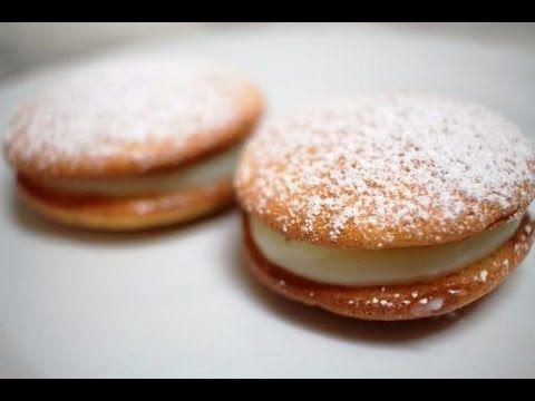 Hola a todos! Esta semana os traigo unos pastelitos que aprendí a hacer en una de las mejores pastelerías de Almeria. En mi caso le he dado forma redonda per...