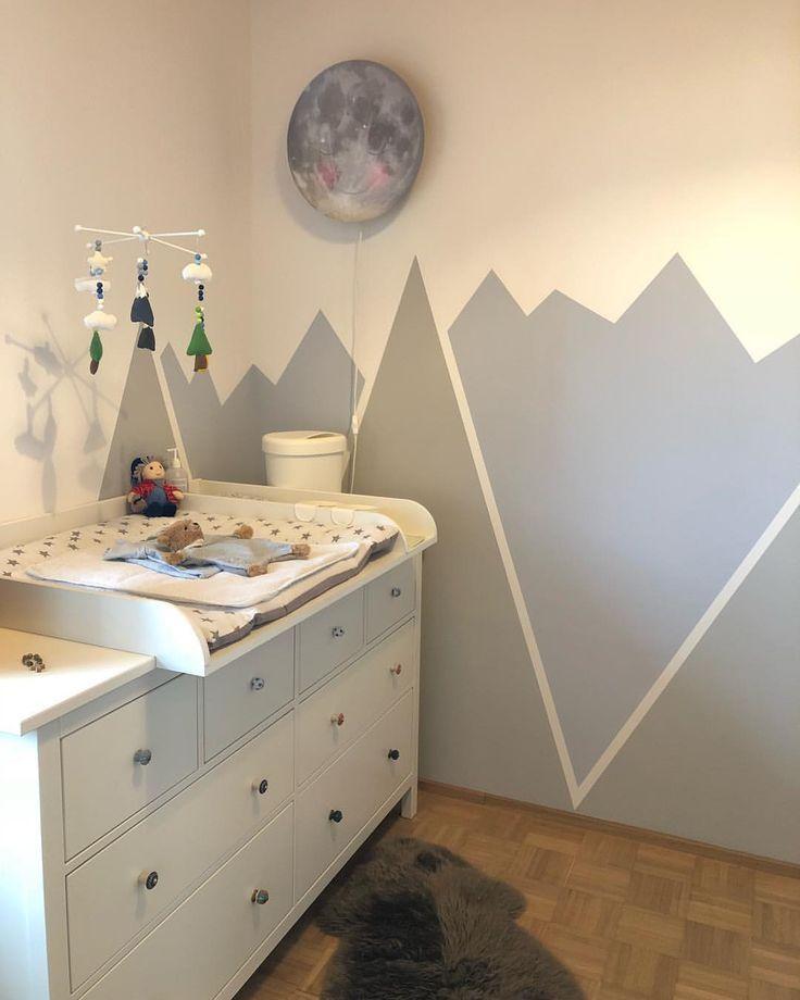 Kinderzimmer Wickeltisch Mobile Berge Wandgestaltung