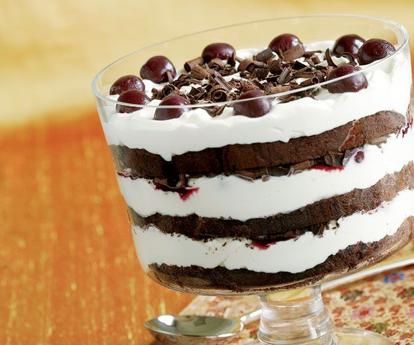 A  2-1/2- to 3-quart glass bowl or trifle bowl is the best choice for showing off all the layers of this festive dessert. Be sure to spread each layer to the edge of the bowl, so the contrasting colors of the dark cake and white whipped cream are clearly visible.