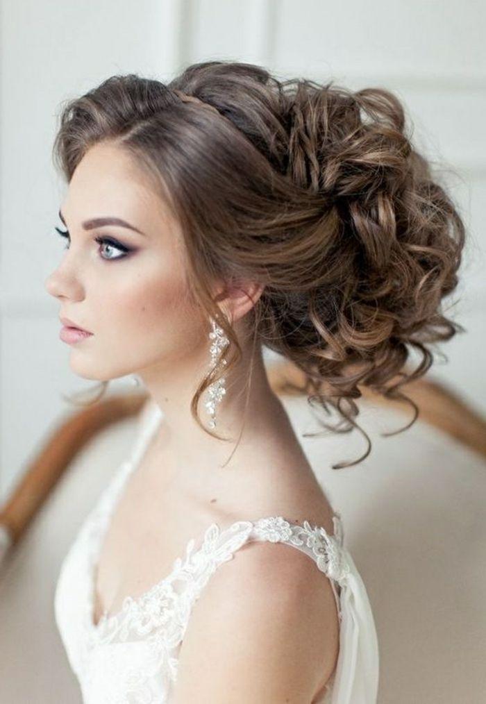 Braut Mit Prachtvoller Hochsteckfrisur Weissem Kleid Und Langen Ohrringen Hochzeitsfrisuren Brautfrisur Frisur Hochzeit