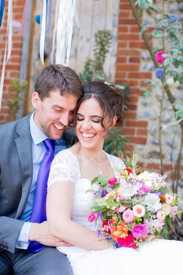 Farverige udendørs bryllup, fotografering af Katherine Ashdown