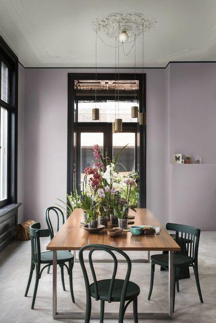 Les murs violet poudré rend la salle à manger plus accueillante.
