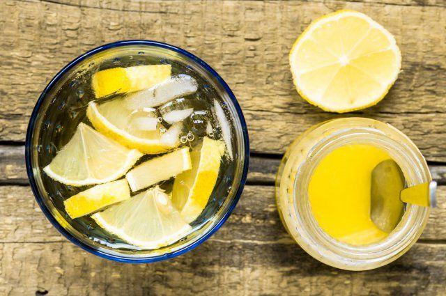 Trinquette (Cocktail)  1 bouteille de vin blanc sec (du Chardonnay par exemple) 40 cl de limonade (ou de Sprite) 10 cl de sirop de citron 1 citron jaune bio