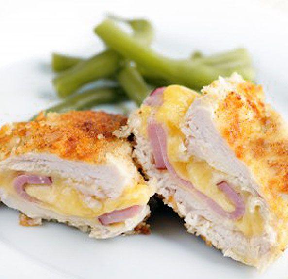 Esta receta de pollo Cordon Bleu se puede preparar también con cerdo o ternera. Es similar a nuestros 'sanjacobos' tradicionales, pero no se fríe.
