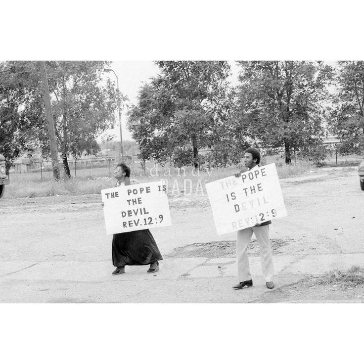 """Atheist Demonstration V Chicago 1979; il rapporto con la Chiesa cattolica negli Stati Uniti è sempre stato turbolento. Durante la visita alla cattedrale """"Holy Name"""", il santo padre Giovanni Paolo II è stato contestato da un gruppo di atei."""