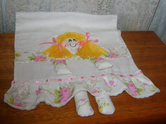 toalhinha de bebe que dobrada vira uma boneca,a saia ,blusa,pezinhos,maozinhas,rosto,tudo em tecido de algodão,mando com o nome da ciança bordado. R$ 20,00