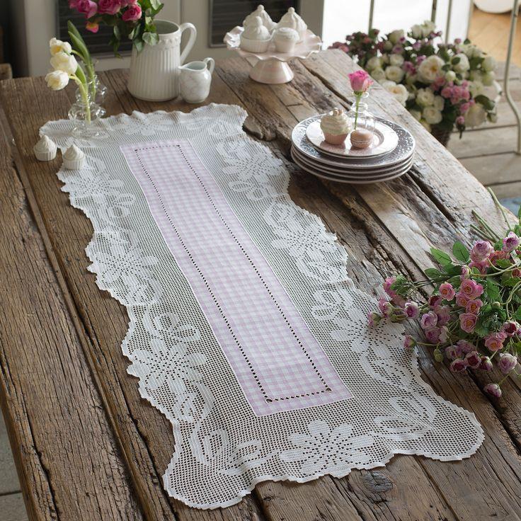 Emiane di cotone a quadretti lilla e schema su carta a quadretti per realizzare la lista con motivo fiori ad uncinetto filet