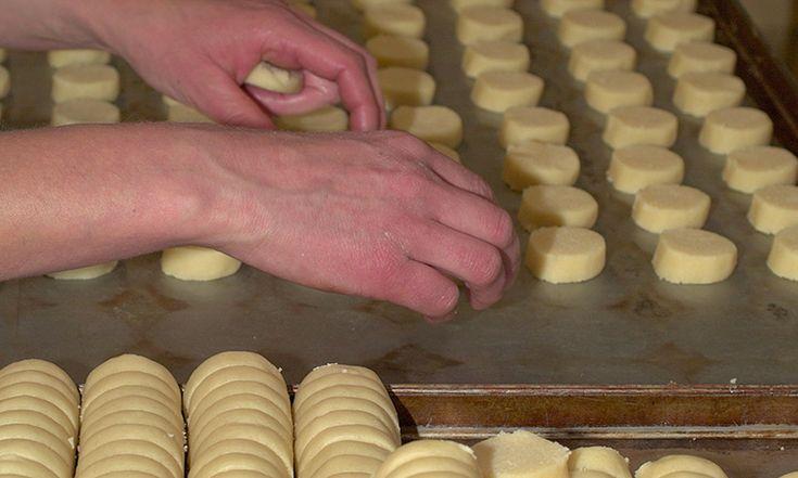 """La buona cucina è fatta anche di tanti piccoli segreti. E' questo il caso dei """"Biscutin di Prost"""", i deliziosi biscotti tipici della Valchiavenna. La loro ricetta è però gelosamente custodita dalla famiglia valchiavennasca dei """"Del Curto"""" che da sempre li produce. Per assaggiarli, quindi, è d'obbligo una visita a Prosto di Piuro. #valtellina #valchiavenna"""