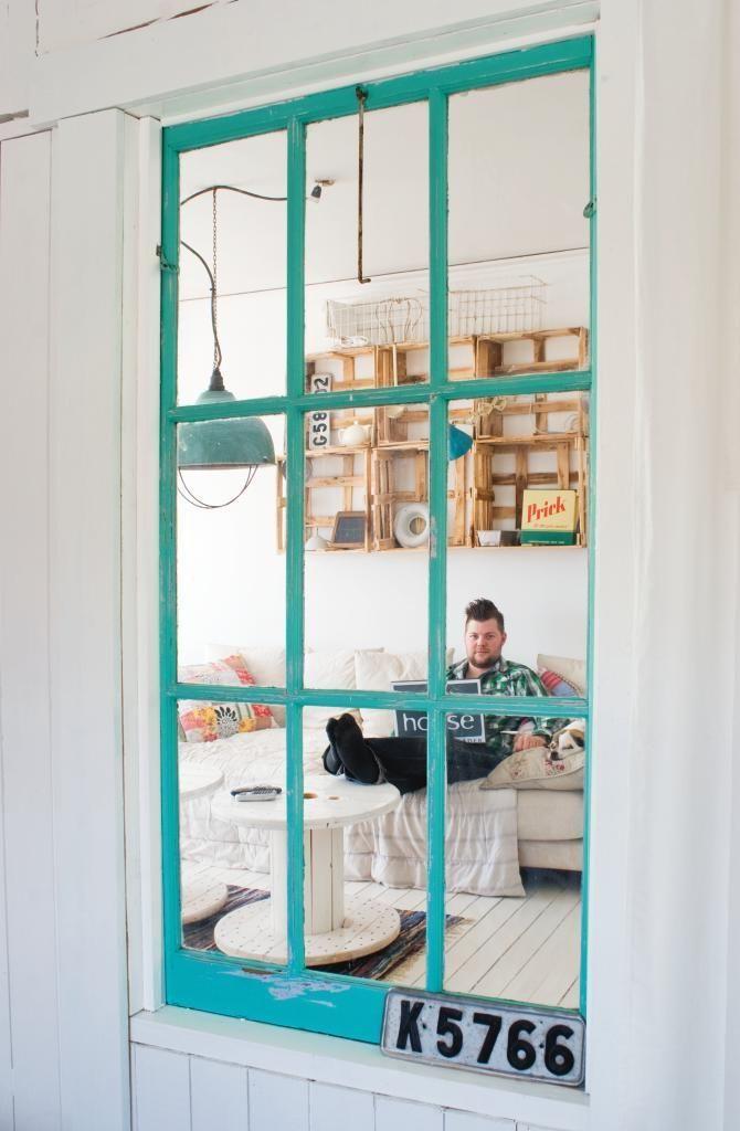 """ℐղdustrikäղsℓa ɱeɖ ℒaղtℓιga Detaℓjer: Ett fönster med turkos fönsterram skapar kontakt mellan sovrum och tv-rum. Både Josefine och Andreas är intresserade av inredning och älskar att fynda på loppisar. Josefine har dessutom en egen inredningsbutik i centrala Ronneby och hennes kärlek till industrilampor syns både där och i hemmet. Förutsättningarna för att skapa ett fint hem har alltså varit bra. """"Men klä in trappan med vinylmatta fick en mattläggare göra. Det blev för pilligt"""", säger…"""