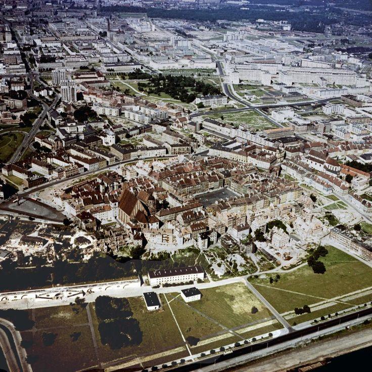 Stare Miasto bez zamku. Na zdjęciu widoczne Stare Miasto jednak jeszcze bez odbudowanego w latach 1971-84 Zamku Królewskiego. Dzięki świetnej rekonstrukcji Starówka została wpisana na Listę Światowego Dziedzictwa Kulturowego UNESCO. Karol Szczeciński/ East News