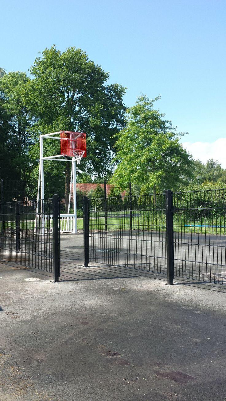 De omheining en de 2 installaties staan. Alleen nog de vloer coaten en de jeugd kan heerlijk 2 tegen 2 basketballen of een potje pannavoetbal spelen.