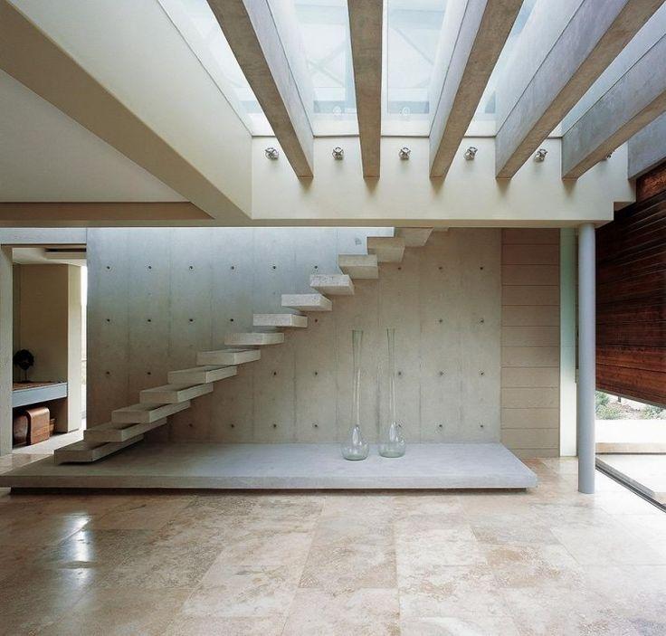 escalier suspendu à marches en béton et mur en même matériau
