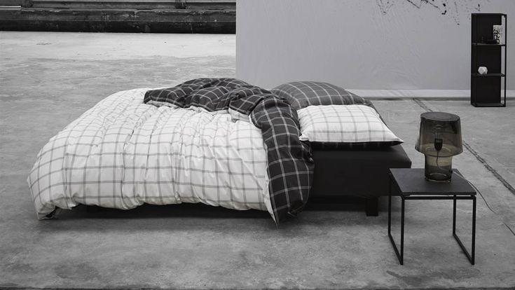 Essenza Dekbedovertrek Loja Wit Antrachite. Een klassiek Essenza dekbedovertrek Loja. Het dekbedovertrek heeft een subtiel ruitmotief met de kleuren antraciet en wit. Het dekbedovertrek creeërt rust in de slaapkamer door deze zachte kleurcombinatie. Een eenvoudig maar toch uniek dekbedovertrek? Dan mag dit mooie dekbedovertrek niet missen in je slaapkamer!