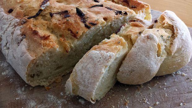 Morbido e profumatissimo, questo pane al farro con cipolle a lievitazione naturale è stato un vero successo! Peccato che sia così buono che viene da mangiarlo anche da solo…
