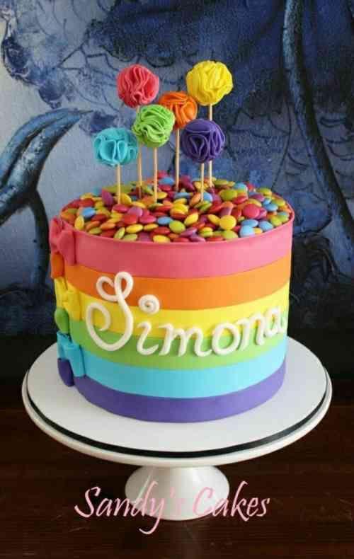 gâteau aux couleurs de l'arc-en-ciel rempli de smarties