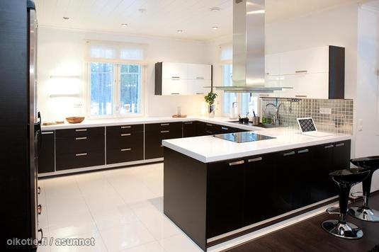 Black & white / Mustavalkoinen moderni keittiö