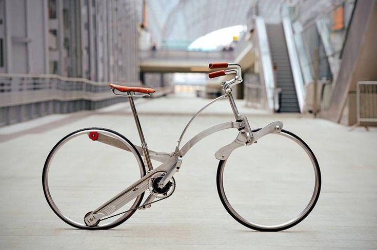 """Guanluca Sada presenta su bicicleta plegable con ruedas de 26""""; un modelo que emplea ruedas que no utilizan radios o buje."""