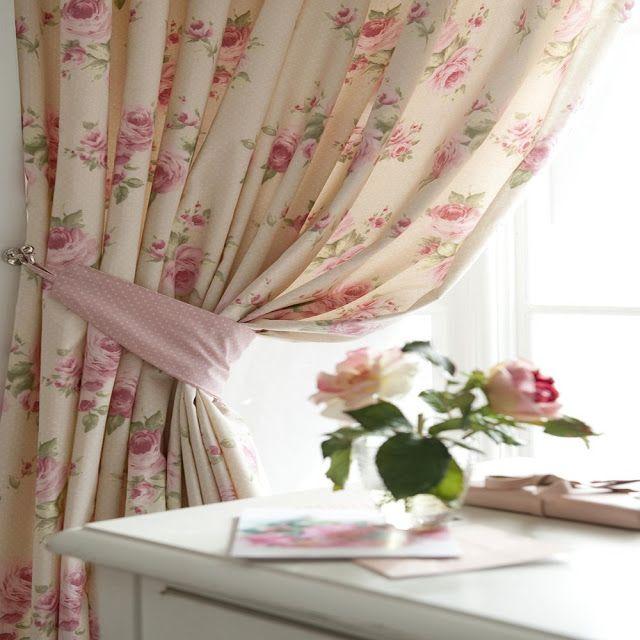 Koisas de Leninha. I like this style of curtains for my bedroom.