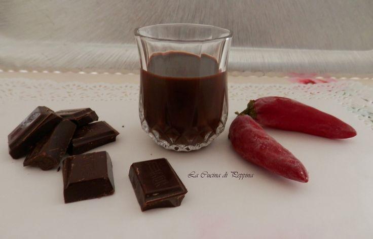 Ottima golosità da servire ai vostri ospiti o sorseggiare in relax. Mettere in 250 gr. di alcool a 90°, 3 gr. di peperoncino rosso piccante. Far riposare 2