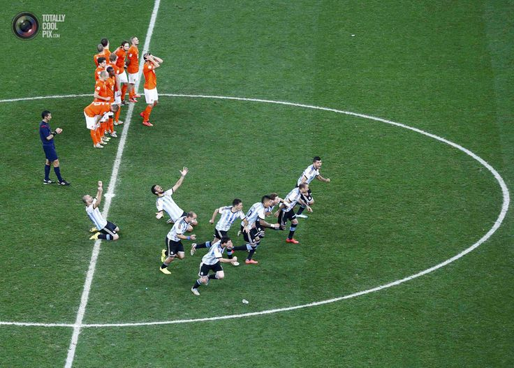 World Cup 2014: The Netherlands vs Argentina Semi-Final Highlights - Argentina's players celebrate past the Netherlands' players after winning their 2014 World Cup semi-finals at the Corinthians arena in Sao Paulo. RICARDO MORAES/REUTERS