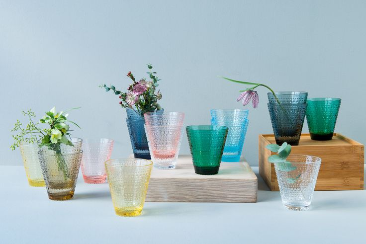 Kastehelmi glass i vakre vårfarger, designet av Oiva Toikka for Iittala. Du finner utvalget i din Designforevig-butikk!