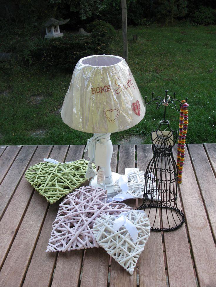 Lampička v retro stylu se stínidlem se srdíčky. Stojan na řetízky a korálky.