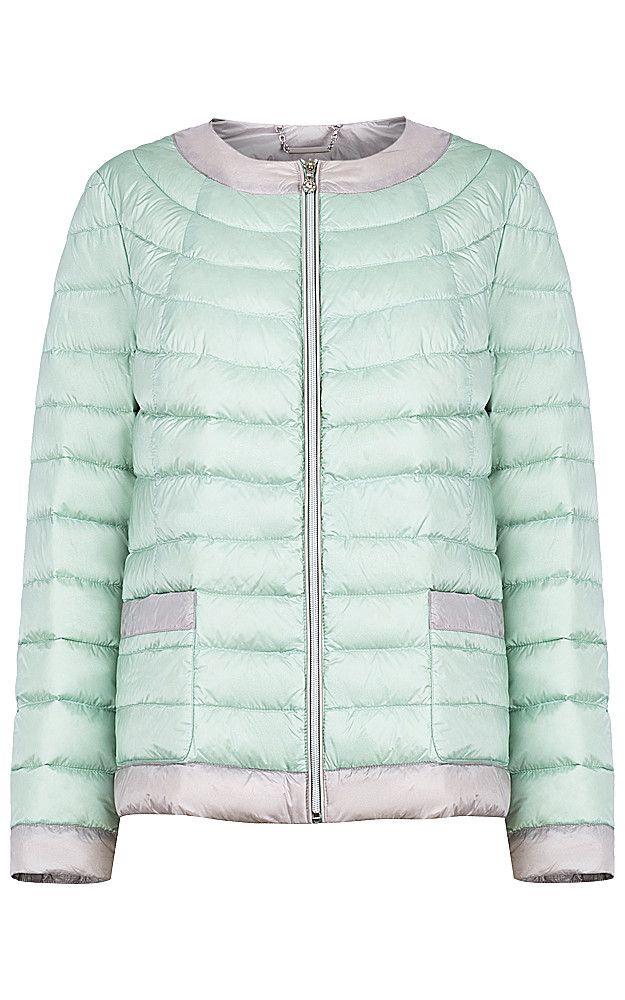 Стеганая куртка-жакет, утепленная натуральным пухом, с застежкой на молнию и без воротника. Классический силуэт гарантирует удачные сочетания как с женственными комплектами, так и со спортивными, включая любую обувь. Модный ментоловый оттенок в сочетании с серыми деталями делает такую куртку прекрасным дополнением модного гардероба и отличной основой множества незабываемых образов