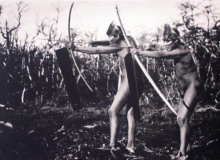 Demostración de las diferentes poses para el uso del arco y la flecha. Selk´nam. Zona norte, Isla Grande, Tierra del Fuego. Fotografía de Martín Gusinde. 1920- 1923