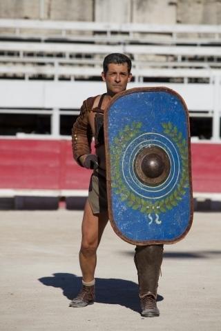 """Dans son cabinet du quartier de Saint-Chamand, le stylo fait rapidement office de glaive et le double décimètre de bouclier. Lâchez le mot """"gladiateur"""" et Me Tanguy Barthouil, avocat au barreau d'Avignon, vous expliquera le reste. Gestes à l'appui. C'est un passionné, et le mot est faible, de la Rome antique et de la gladiature. Tant et si fort que depuis un an, il troque chaque mois sa robe d'avocat contre la tenue de Spartacus. Et pas pour le folklore."""