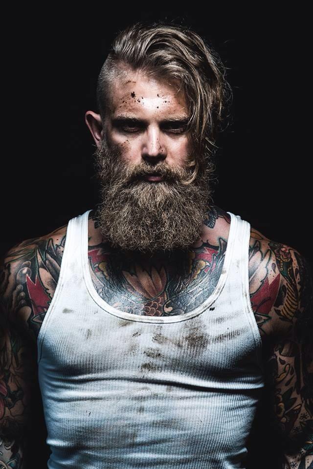 A metà tra un boscaiolo e un vichingo: il modello tatuato che sta facendo impazzire il mondo della moda - Radio Deejay