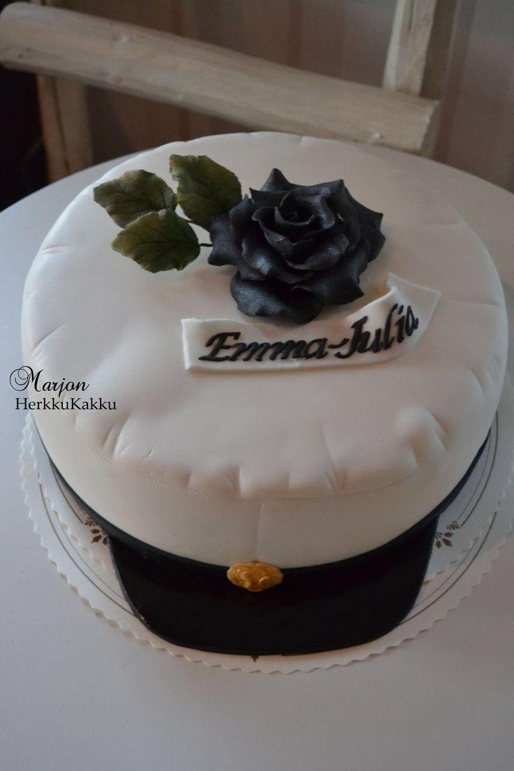 Onnea uudelle ylioppilaalle! Juhlapöydän kruunaa upea ylioppilaslakki-kakku. #ylioppilas #ylioppilasjuhla #sokerimassakakku #ruusu sokerimassasta