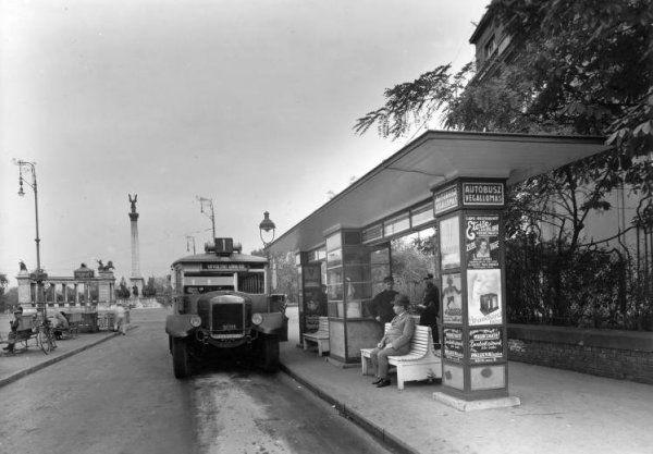 Andrássy út, háttérben a Hősök tere (1938)