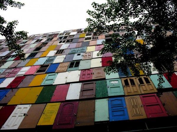 Gebouw gemaakt van 1000 deuren
