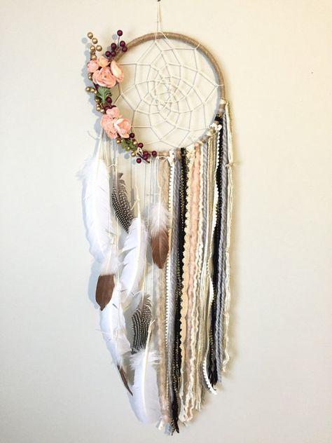 Este cazador de sueños es tan femenino, shabby chic y hermosa!! La base es un aro grande 10 pulgadas envuelto en guita con una red de tejidos a mano hilo crema. Hay bayas de oro/marrón y melocotónes flores adornando los laterales. Las extensiones son una variedad de hilo/tejido/guirnalda junto con una variedad de plumas, incluyendo grandes plumas blancas, manchado de plumas y oro rosa sumergido plumas. Esta es una declaración verdadera.