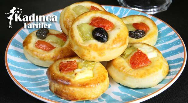 Pastane Usulü Minik Pizza Tarifi nasıl yapılır? Pastane Usulü Minik Pizza Tarifi'nin malzemeleri, resimli anlatımı ve yapılışı için tıklayın. Yazar: Sümeyra Temel