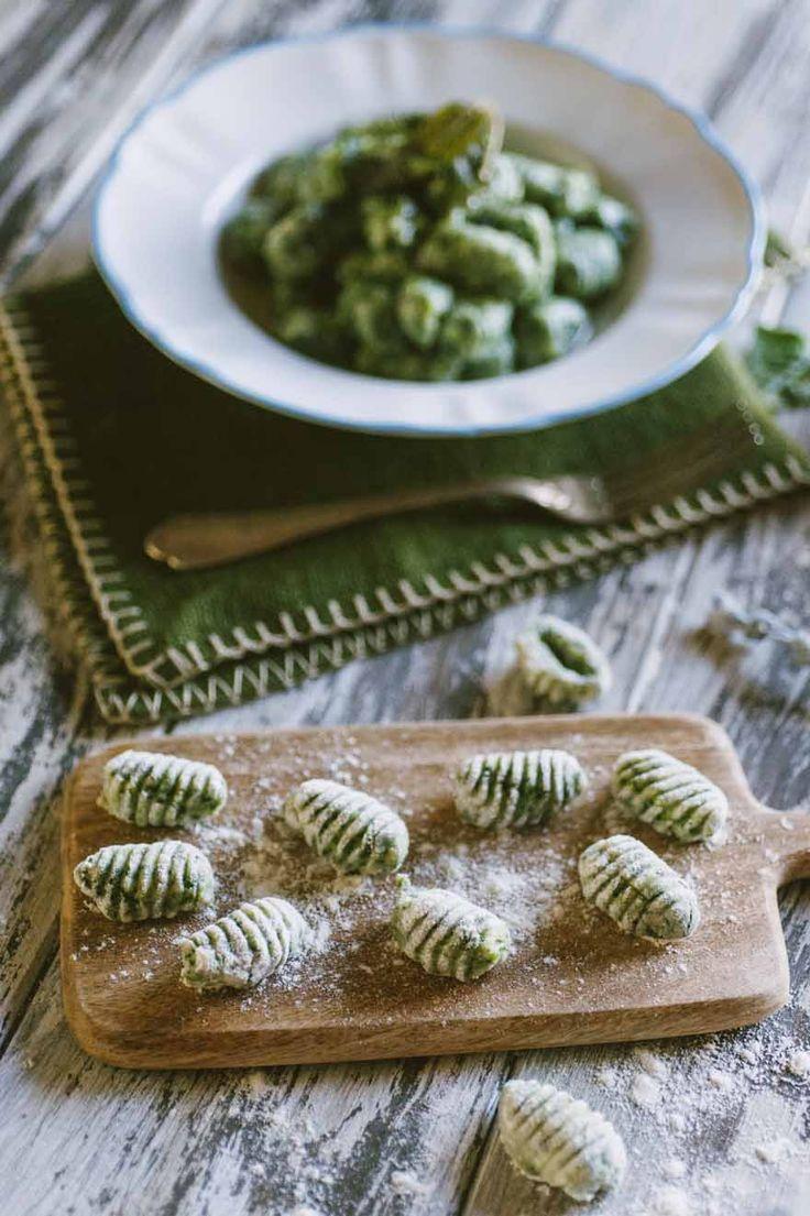Gnocchi di spinaci: Gli #gnocchi di #spinaci sono una soluziona saporita e semplice per cambiare un po' da quelli classici: provali, il loro verde intenso ti conquisterà!