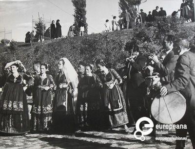 Χορός σε γάμο στο Μέτσοβο.   Φωτογράφος: Γιάννης Τσαγκάρης 1969   Συλλέκτης: Peloponnesian Folklore Foundation   Ίδρυμα: Europeana Fashion www.europeanafashion.eu