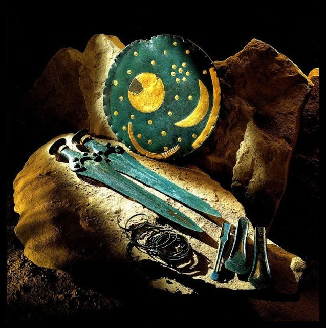 Pada tahun 1999, tiga perampok makam sedang menyisir hutan dekat Nebra, sekitar 180 km sebelah barat daya Berlin, Jerman, dengan menggunakan detektor logam ketika mereka tersandung pada harta yang luar biasa. Daerah hutan ini telah menghasilkan benda-benda berharga di masa lalu karena disana terdapat beberapa pemukiman manusia tertua di Eropa.  Isunya mereka menemukan sebuah piringan Nebra Sky Disk yang merupakan gambaran kongkrit dunia namun telah berumur sangat tua.