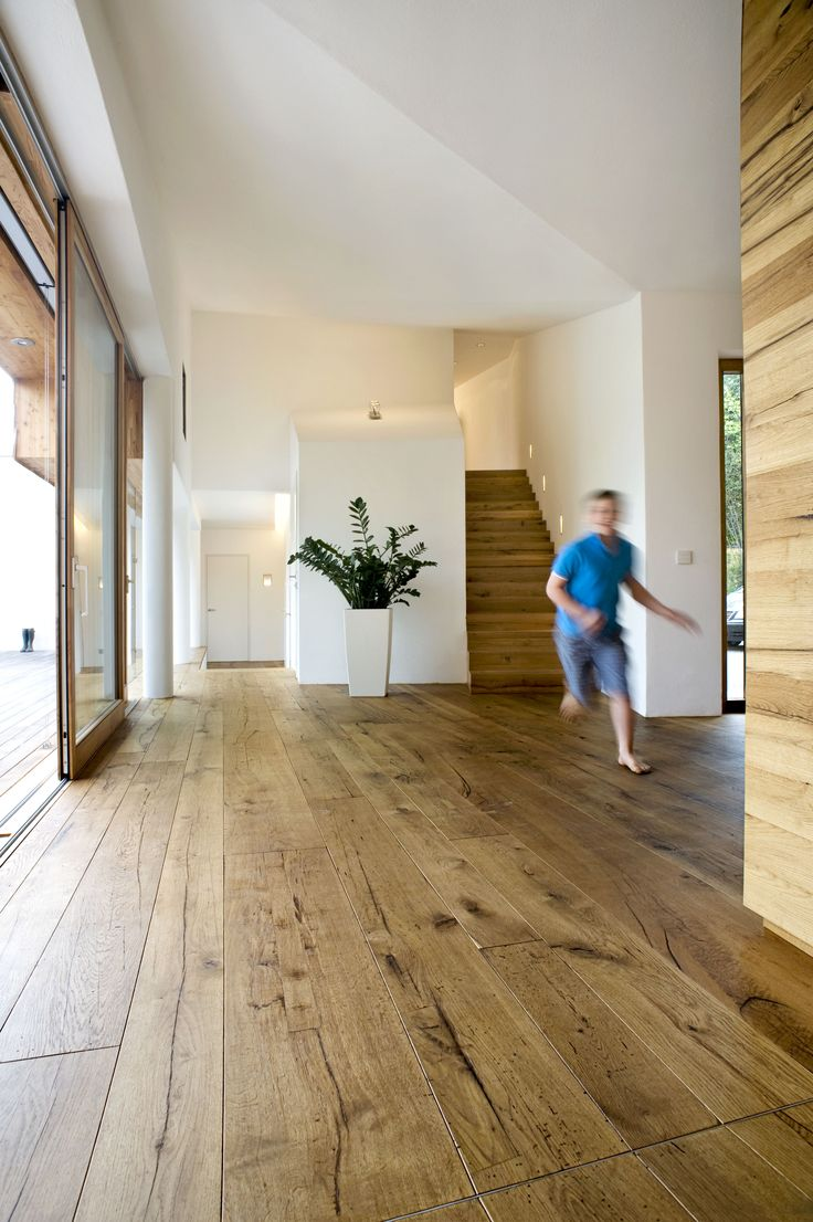 La calidad de la madera es evidente en fotos como esta. suelo, paredes, escaleras y mobiliario de madera.
