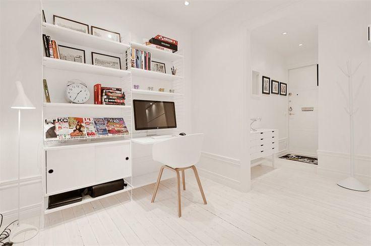 Arbetsplats inbyggd i en stringhylla – snyggt! Home office