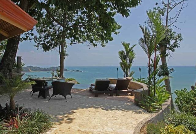 Christmas week special offer: check in on Dec 19 and out on Dec 26; 7-night stay priced at $1020/night accommodating up to 12 guests; 4 upmarket villas in an exclusive ocean view compound in scenic Dominical, ideal for friends or families looking to spend quality time together this coming festive season.