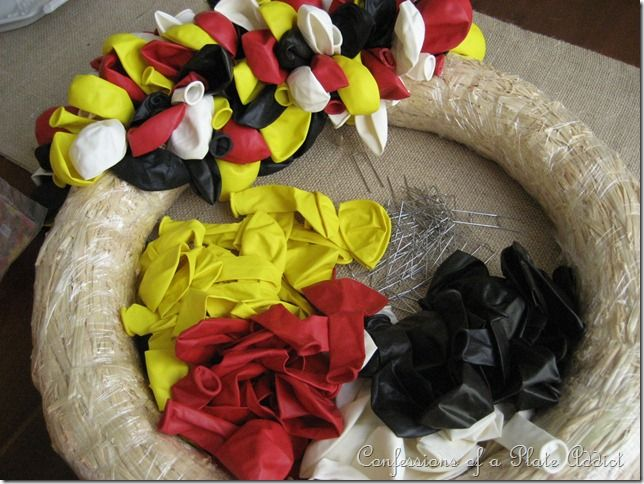 CONFESSIONS OF A PLATE ADDICT: A Special Mickey Mouse Birthday Wreath!