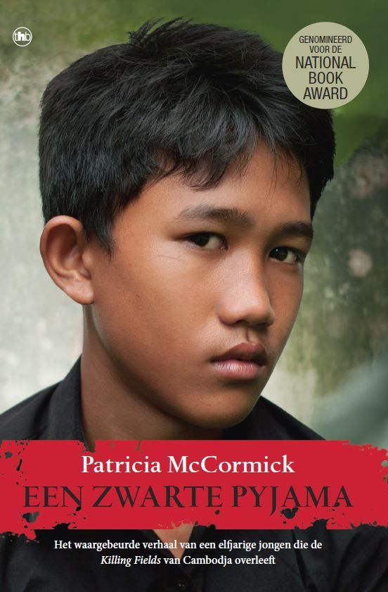 Ze dragen een zwarte pyjama, de soldaten van de Rode Khmer die in 1975 in Cambodja aan de macht komen. Arn Chorn-Pond is dan elf, een kind nog. Hij wordt weggehaald bij zijn familie en naar een werkkamp gestuurd. In de verzengende hitte op de rijstvelden ziet hij anderen voor zijn ogen sterven.