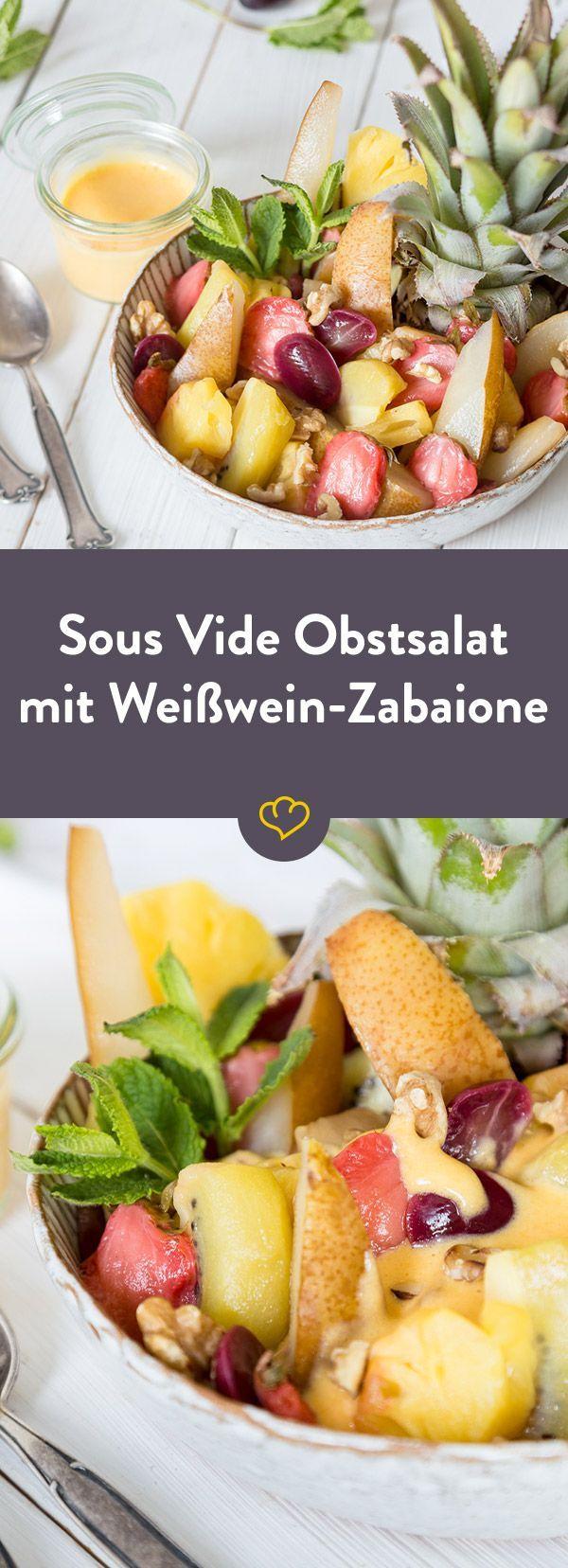 Mit einem Sous Vide gegarten Obstsalat schmeckst du Aromen, die du vorher noch nie in deinem Obst geschmeckt hast. Getoppt mit einer Weißwein Zabaione!