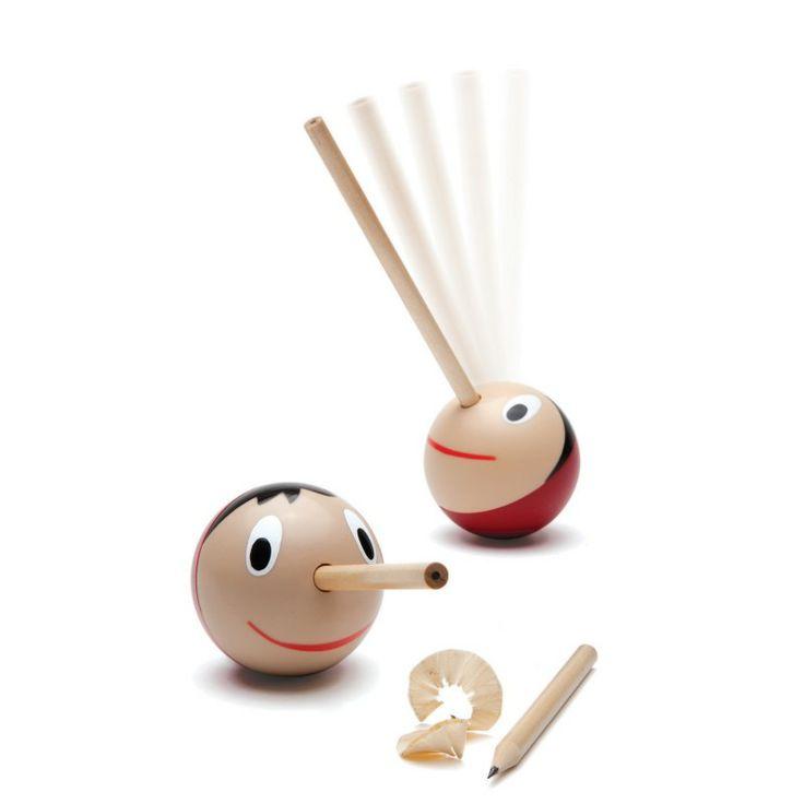 Geppeto's Spitzer von Monkey Business. Mit dieser langen Nase schlagen Sie zwei Fliegen mit einer Klappe auf Ihrem Schreibtisch: Erstens hält der Pinocchio Holzkopf griffbereit einen Bleistift, zweitens sorgt der Anspitzer auch gleich für die richtige Schärfe. Und nur mit dieser gelingt der Büro-Alltag bestens: http://www.ikarus.de/marken/monkey-business.html
